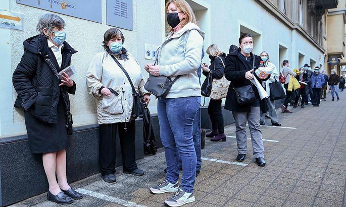 Ein Bild von Ende Februar: Anstehen für einen Corona-Impfstoff aus China in Ungarn.