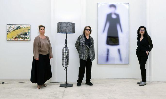 Xiane Kangela, Galeristin Ursula Krinzinger und Künstlerin Eva Schlegel (v. l.) laden zur Benefizauktion für das sozial- ökonomische Projekt auf Sri Lanka.