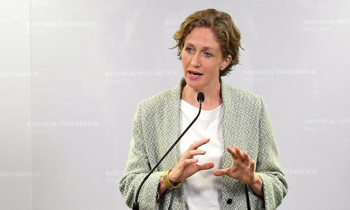 Neos-Mandatarin Stephanie Krisper ist der ÖVP ein Dorn im Auge.