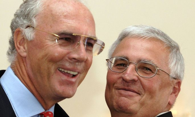 DFB Praesident Dr Theo Zwanziger re erhaelt das Bundesverdienstkreuz Franz Beckenbauer beide De