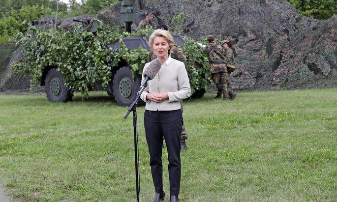 Verteidigungsministerin von der Leyen kündigt bei einem Besuch in Illkirch nach der Affäre um Franco A. Konsequenzen an.
