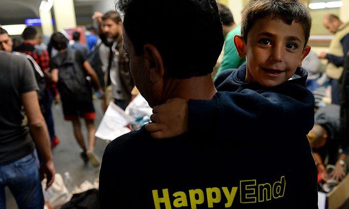 Flüchtlinge auf einem Bahnsteig am Wiener Westbahnhof,