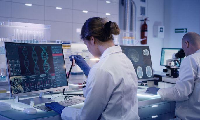 Bei der mittlerweile gängigen DNA-Sequenzierung kommen biotechnologische Methoden zum Einsatz.