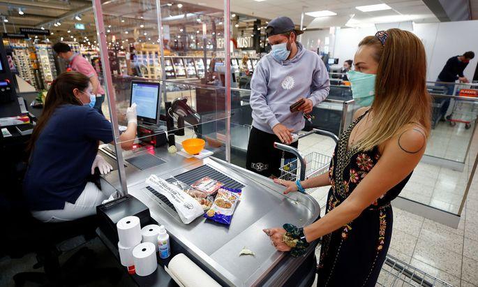 In Berliner Supermarkt-Filialen gilt die Mundschutzpflicht - und seit Mittwoch auch ein ermäßigter Mehrwertsteuersatz.