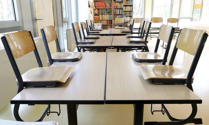 St�hle auf dem Tisch - leeres Klassenzimmer der 2. Klasse einer Grundschule , geschlossen aufgrund Coronavirus Pandemie