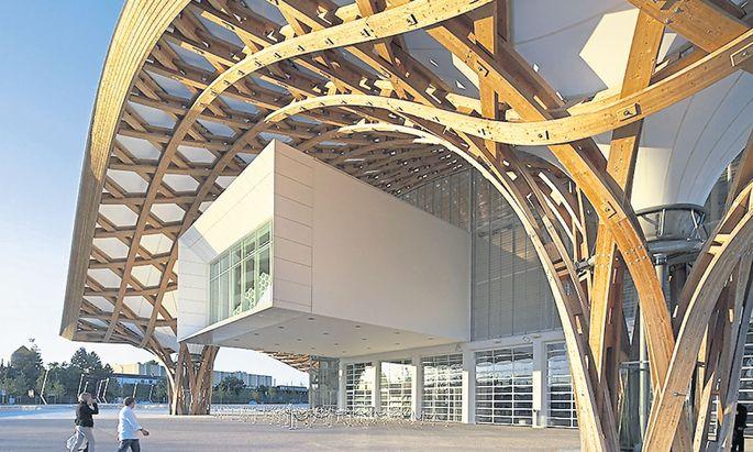 Das Centre Pompidou in Metz hat eine geschwungene Dachkonstruktion aus Holz.