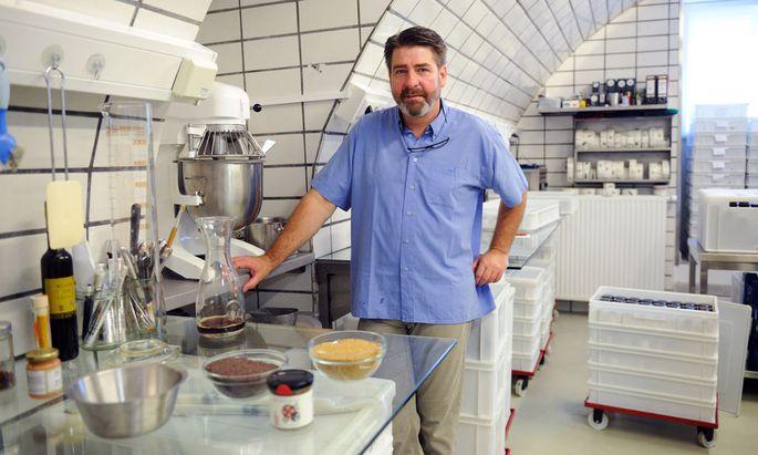 Rainer Haar in seiner Werkstatt inmitten von Bad Aussee. Hier macht er jeden Tag Senf – von Natursenf über Chilisenf bis zu Senfkaviar.