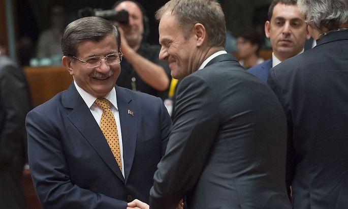 Der türkische Premier Davutoglu und EU-Ratspräsident Tusk(r.)