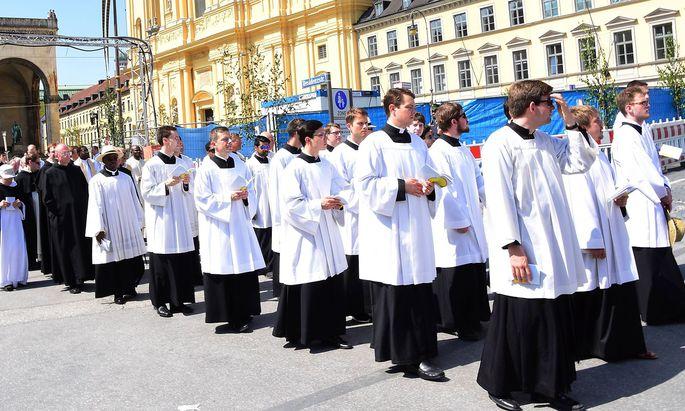 Geistliche Muenchen 31 05 18Odeonsplatz Fronleichnama Prozession mit Kardinal Reinhard Marxund Geist