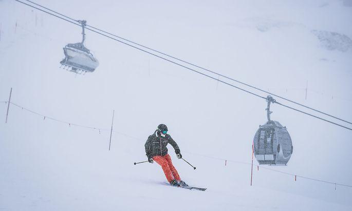 """Skifahren bleibt erlaubt, Skilehrer-""""Ausbildungen"""" wurden in Salzburg nach dem Flachau-Cluster nun abgebrochen."""