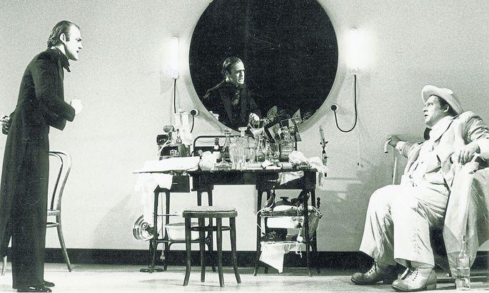 """Ulrich Wildgruber (re.) und Bruno Ganz als Thomas Bernhards """"Ignorant und der Wahnsinnige"""" im Salzburger Landestheater, 1972."""