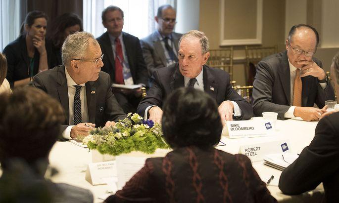 """Bundespräsident Van der Bellen im Gespräch mit dem ehemaligen New Yorker Bürgermeister Michael Bloomberg beim """"Business and Climate Leaders Rondtable""""."""