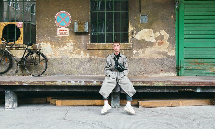 """""""Mein erstes Gucci-Teil war die Tasche. Die habe ich mir erarbeitet."""" Student und Modefan Pascal Christopher Marcy in einem Hinterhof in Wien-Landstraße."""