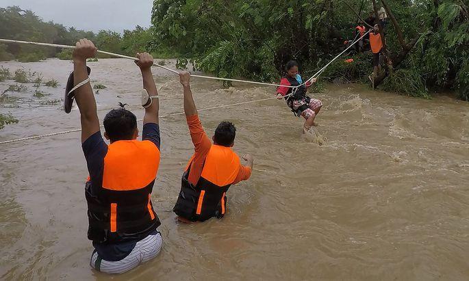 TOPSHOT-PHILIPPINES-WEATHER-FLOOD