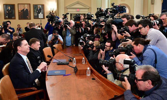 FBI-Chef James Comey (im Vordergrund) und NSA-Direktor General Michael Rogers bei ihrer Anhörung auf dem Capitol Hill.