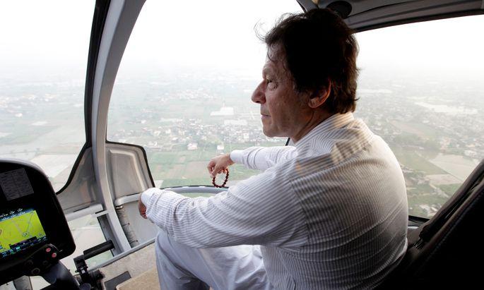 Imran Khan eilte von Wahlkampfeinsatz zu Wahlkampfeinsatz. Der Sportheld und Ex-Playboy gibt sich plötzlich fromm.