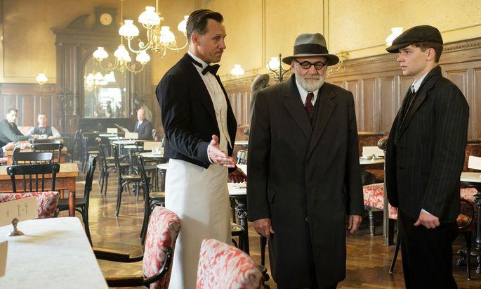 Ein letztes Treffen im Café: Sigmund Freud (Bruno Ganz) und sein Freund Franz (Simon Morzé).