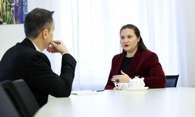 """Barbara Novak kündigt auch rote Leuchtturmprojekte an; im Bild mit """"Presse""""-Redakteur Martin Stuhlpfarrer."""