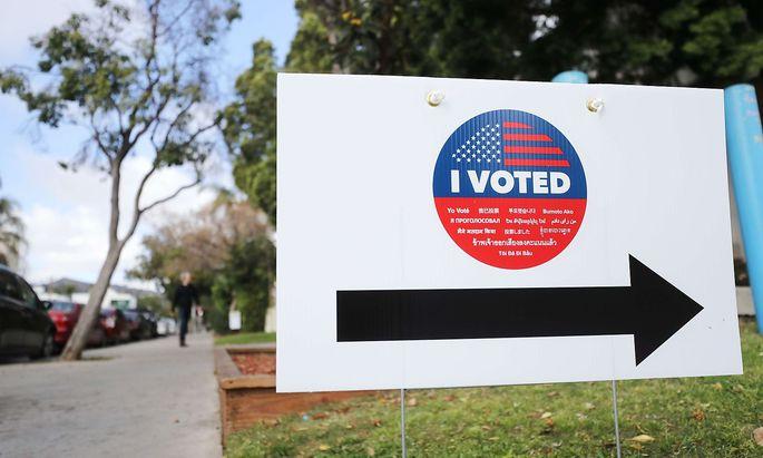 Ein Schild weist im Bundesstaat Kaliforien auf ein Wahllokal hi.