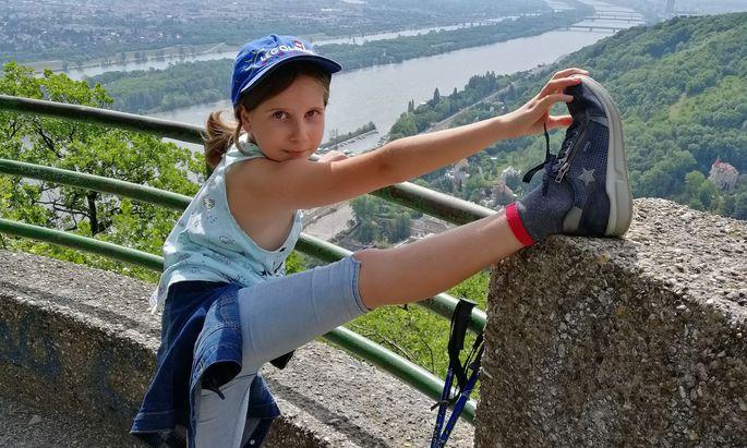 Lisa am Ziel, auf dem Leopoldsberg, ihrem Lieblingsweg.