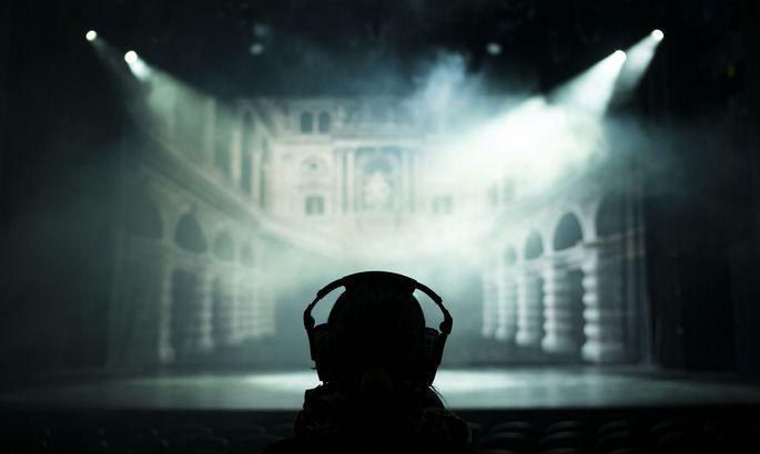 """Stimmen aus dem Kopfhörer: In """"Black Box"""" im Wiener Volkstheater ist jeder Besucher allein."""