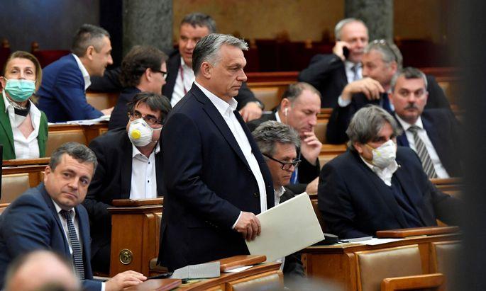 Das ungarische Parlament (mit Zweidrittelmehrheit von Fidesz) segnete das Notstandsgesetz ab und übertrug dadurch weitreichende Macht auf Ministerpräsident Orbán.