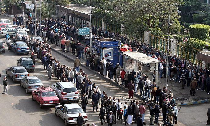 Warteschlange vor dem Wahllokal in Kairo.