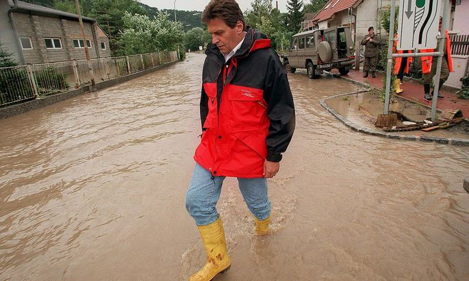 Der Auftritt von Viktor Klima – am Bild in Hirtenberg (NÖ) im Jahr 1997 - gilt als Beispiel für eine übertriebene Kriseninszenierung.