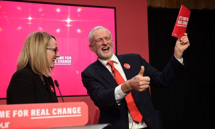 Im Wahlkampf war die Welt für Jeremy Corbyn (re.) noch in Ordnung. Im Bild mit einer seiner möglichen Nachfolgerinnen, Rebecca Long-Bailey.
