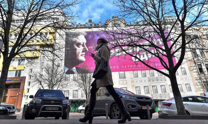 """""""Kandidaten gibt es viele, Präsidenten nur einen"""" – und damit meint Petro Poroschenko (im Bild ein Wahlplakat in Kiew) sich selbst."""