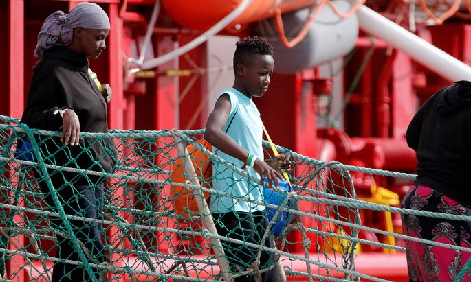 "Ende Oktober gingen Migranten der ""Ocean Viking"" in Sizilien an Land."