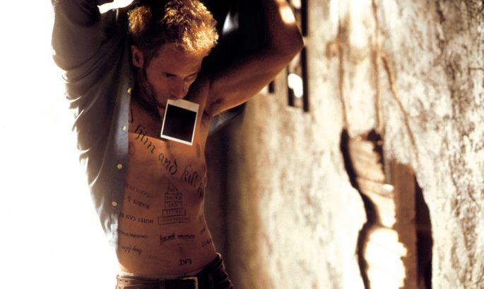 I Remember Productions / DR MEMENTO (MEMENTO) de Christopher Nolan 2000 USA avec Guy Pearce photographie, tatouages PUB