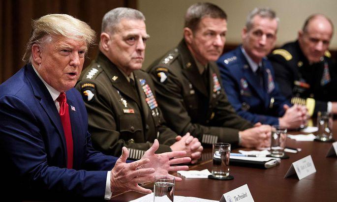 Donald Trump bei einem Treffen mit seinen Militärchefs im Weißen Haus.