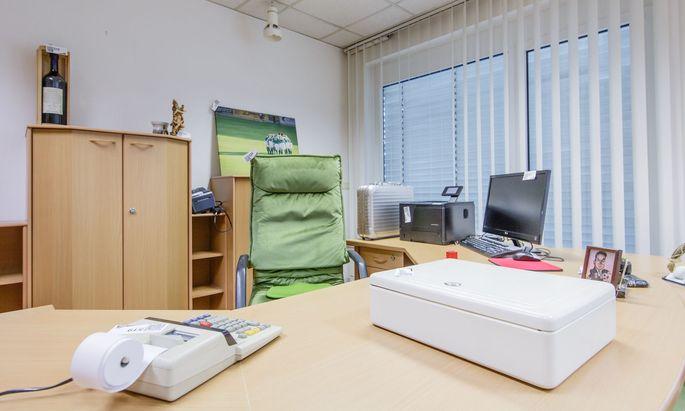 Fußball und das liebe Geld – viel mehr hat Martin Pucher nicht gebraucht. Das sieht man auch an der Einrichtung seines ehemaligen Büros. Immerhin brachte sein Bürosessel 496 Euro in einer Versteigerung.