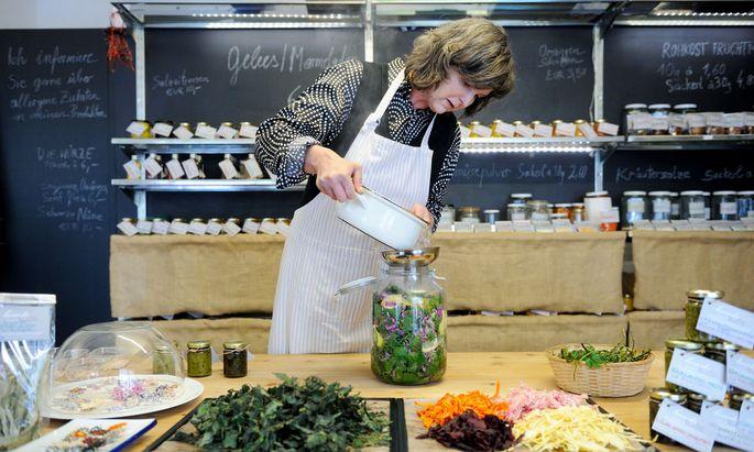 Gertrude Henzl verarbeitet in ihrem kleinen Geschäft beim Naschmarkt Taubnesseln zu Sirup oder Brennnesseln zu Chips.