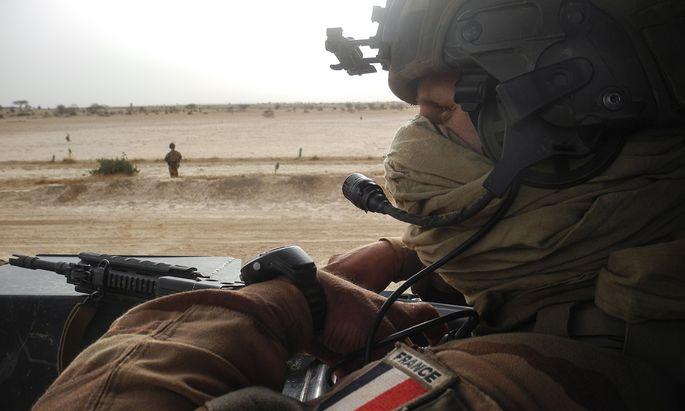 Ein französischer Soldat im Anti-Terror-Einsatz im Sahel. Trotz des Engagements breiten sich Extremisten in der Region aus.