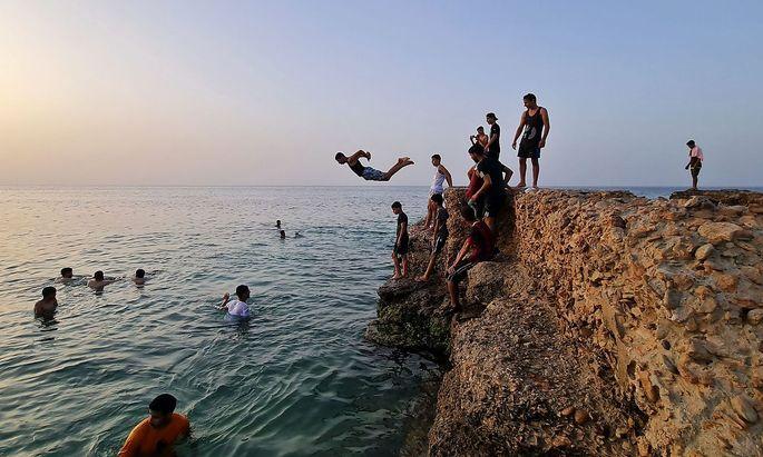 Erholung vom Bürgerkrieg. Libysche Jugendliche baden im Meer bei Tripolis. Derzeit herrscht eine Waffenruhe.