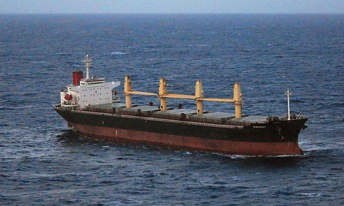 Havariertes Schiff treibt auf Great Barrier Reef zu