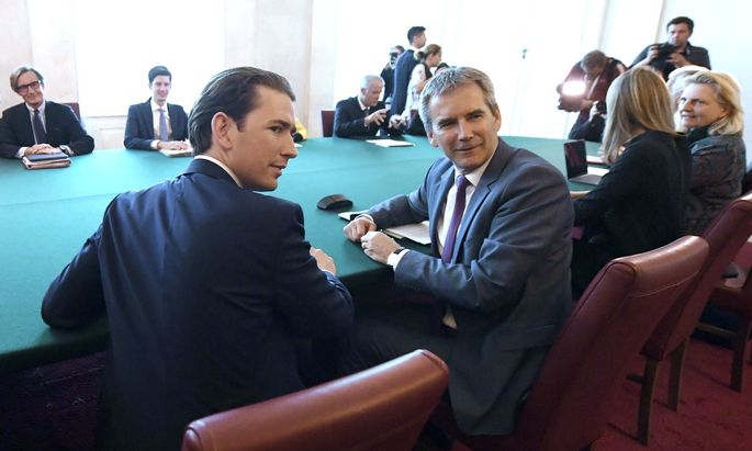 Das Parlament wird am Montag entscheiden, ob Sebastian Kurz noch länger beim Ministerrat Platz nehmen darf.