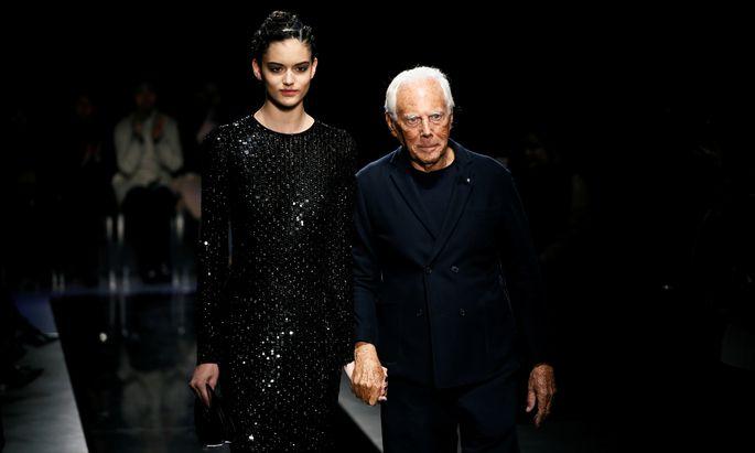 Mit einem Model an der Hand wird der Designer in der Corona-Pandemie nicht über den Catwalk laufen.