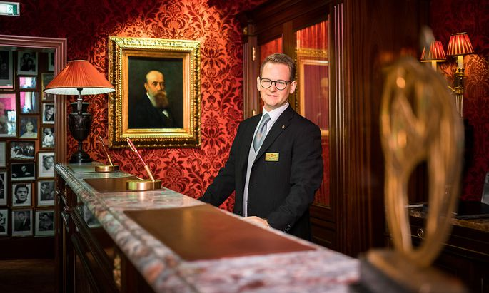 Weltbester FrontOffice Manager Rezeptionist Nikola Farkas Hotel Sacher Portrait by Akos Burg