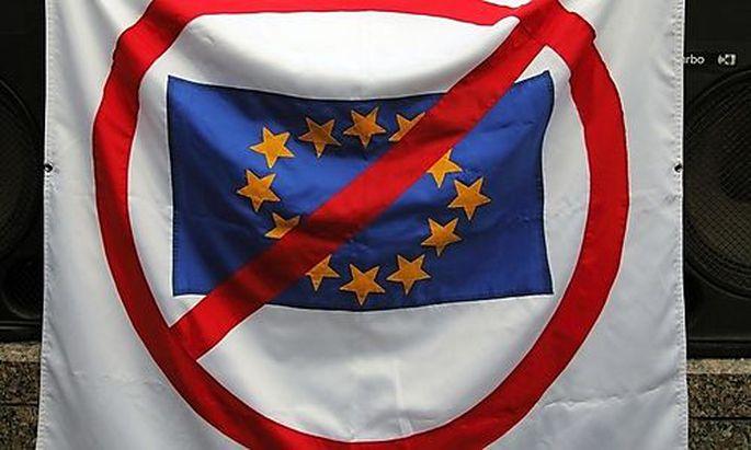Archivbild: Eine Anti-EU-Flagge wird gehisst