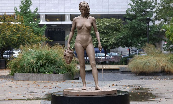US-´MEDUSA-WITH-THE-HEAD-OF-PERSEUS´-SCULPTURE-INSTALLED-IN-NEW-