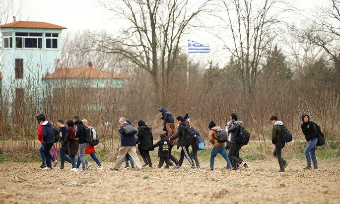 Die Regierung in Ankara droht, den Weg frei zu machen. Flüchtlinge und Migranten im türkischen Pazarkule an der Grenze zu Griechenland.