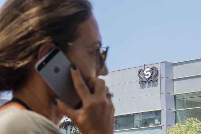Eine Frau telefoniert nahe dem NSO- Hauptquartier im israelischen Herzliya.