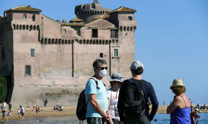 Die Italiener trauen sich wieder vor die Tür, Santa Severa in der Nähe von Rom