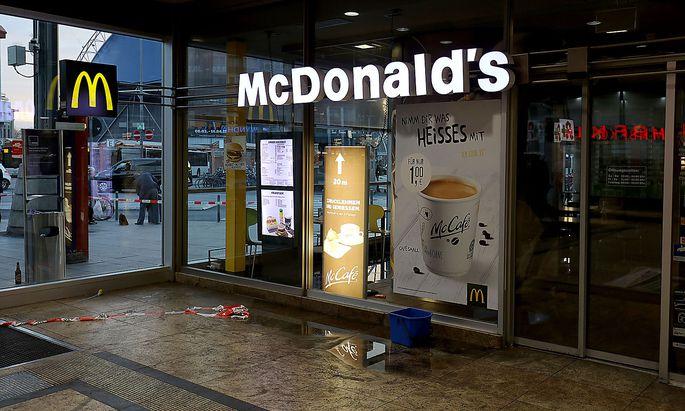 Der Mann zündete einen Gasbehälter im McDonald's und löste damit die Sprinkleranlage aus, was ihn anscheinend aus dem Konzept brachte.