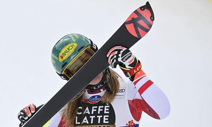 Katharina Liensberger küsst ihren Ski