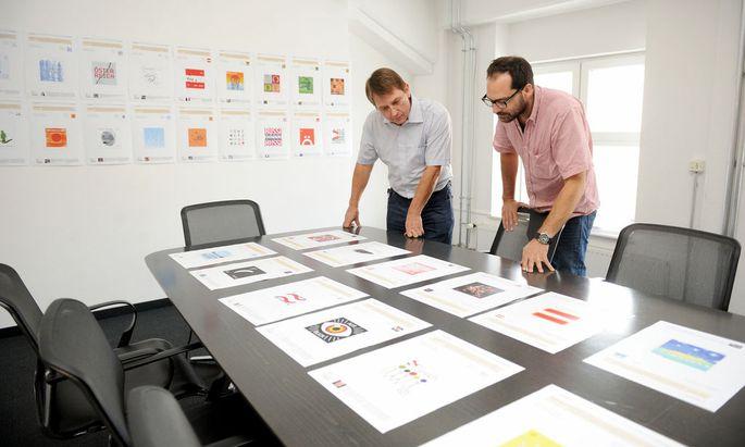 Sie machten es sich nicht leicht: Andreas Gabriel, Leiter der Vertrieb und Logistik der Philatelie der Post (l.), und Grafikdesigner Nikolaus Schmidt wählten die 15 Finalisten aus.