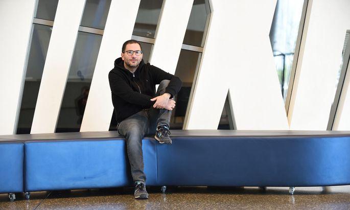 Jeans und Kapuzenpulli statt Anzug und Krawatte: Martin Radjaby, Freigeist mit vielen Freiheiten in der Erste Bank.